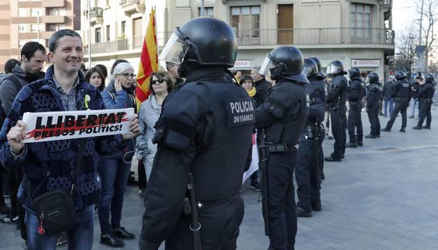 Efectivos de los Mossos d'Esquadra controlan a los huelguistas que cortan la Carretera de Sants de Barcelona, durante la jornada de huelga general convocada en el marco de las protestas contra el juicio del