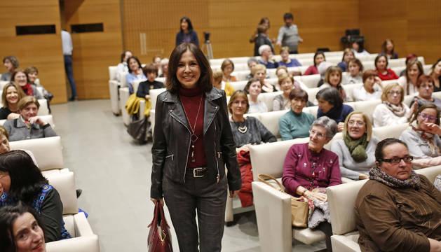 La periodista Isabel Gemio, ayer a su llegada a Civican, donde presentó su libro 'Mi hijo, mi maestro' dentro de 'Expofamily, mes a mes'.
