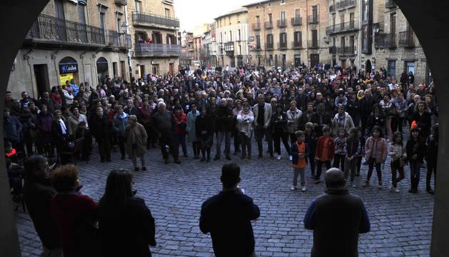 El alcalde de Olite, en el centro de espaldas, lee la declaración suscrita por la corporación, durante la concentración de este viernes por la tarde.