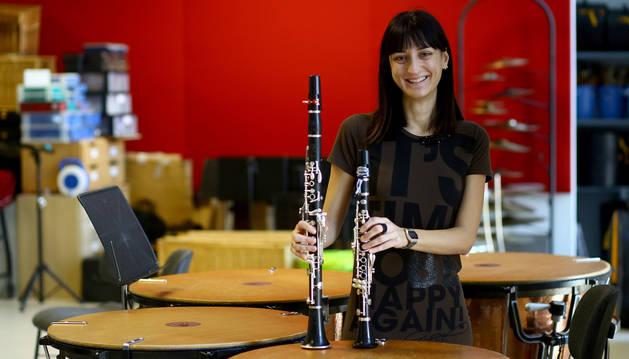 Carmen Barasoain Sádaba. En la mano derecha, el clarinete; en la izquierda, el requinto, instrumento que toca ahora en La Pamplonesa.