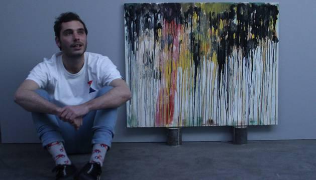 Yago Vaillo Usón, junto a una de las obras que forma parte de la exposición Procesos de abstracción.