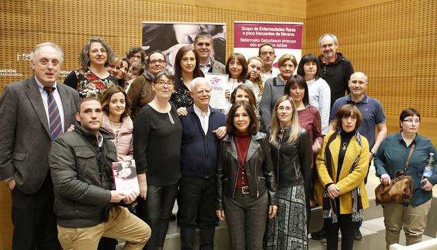 Enrique Munilla y Mayra Gil (los padres de Izan), primeros por la izquierda con el libro de Isabel Gemio, posan junto con el neurólogo Adolfo López de Munain (a su lado), Isabel Gemio y miembros de GERNA (Grupo de Enfermedades Raras de Navarra), el jueves, en Civican.