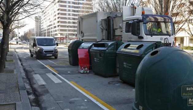 Un camión de recogida frente a unos contenedores, en la avenida Pío XII de Pamplona.