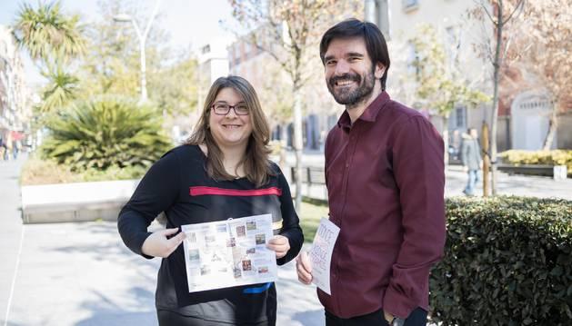Olga Risueño y Eneko Larrarte posan con el díptico que se va a repartir entre los ciudadanos.