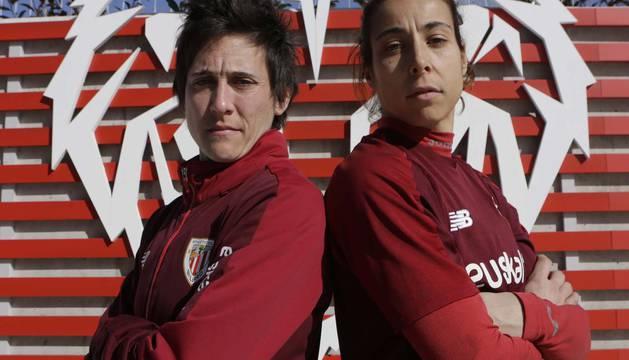 Erika Vázquez y Ainhoa Tirapu posan en Lezama, el pasado miércoles. Son las capitanas del Athletic y las jugadoras navarras con más partidos con la selección absoluta.
