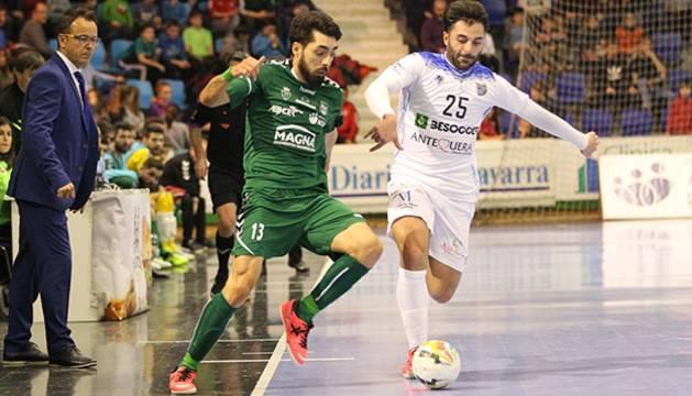 Martel, Osasuna Magna, y Pablo Ibarra, UMA Antequera, pugna por el balón durante el encuentro.
