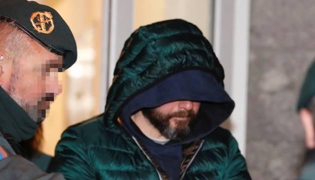 Pedro L. N. A., supuesto inductor del asesinato por encargo del concejal de Llanes, Javier Ardines, a su llegada al Juzgado de Primera Instancia e Instrucción de Llanes.