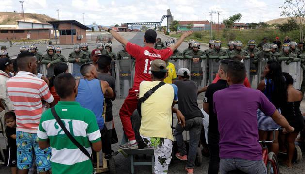 Venezolanos se enfrentan a los militares del Gobierno de Maduro en la frontera con Brasil.