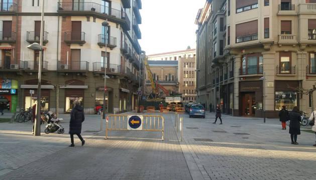 Imagen del calle Paulino Caballero cerrada al tráfico en el tramo comprendido entre la avenida Roncesvallesy la calle Cortes de Navarra.