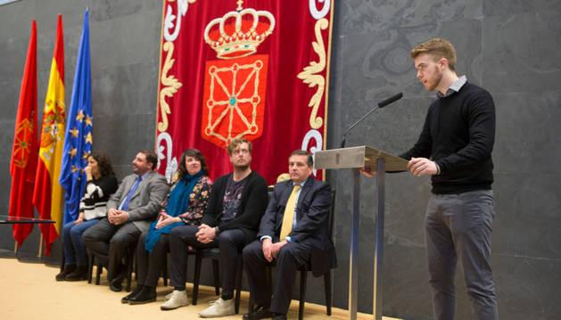 Hugo García de Olano se dirige al público tras recibir el viernes el premio.