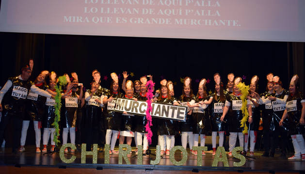 Integrantes de la escuela anfitriona de Murchante, que actuó junto a la de Buñuel, entonando una 'chirijota' durante el espectáculo.