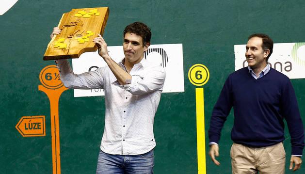 Javier Urriza se lleva el trofeo al mejor remontista de la temporada.