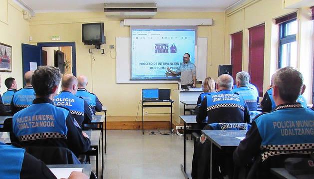 Eneko Herce García durante la clase que impartió este lunes en el Escuela de Seguridad y Emergencias de Navarra.
