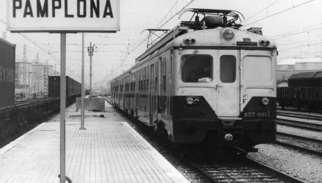 Foto de la estación de Pamplona. La foto fue tomada el 28 de noviembre de 1977, cuando las máquinas que llegaron a Pamplona ya no eran ni de vapor ni de diésel. Era un día histórico. Se inauguraba  la tracción eléctrica en el tendido ferroviario de la Comunidad foral.