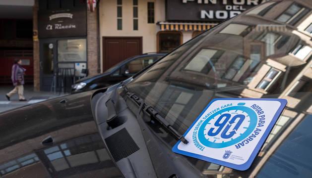Un folleto informativo de la nueva normativa de aparcamiento en Estella.