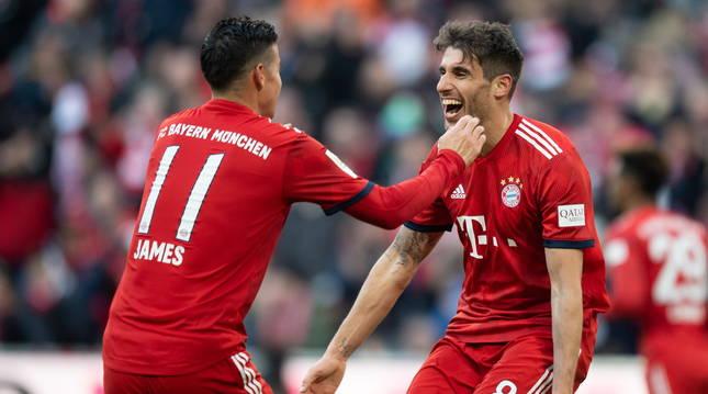 James Rodríguez y Javi Martínez celebran el gol del Bayern.