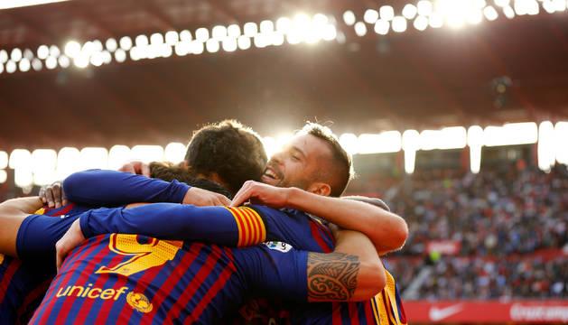 Los jugadores del Barcelona celebran uno de sus cuatros goles en el Sánchez Pizjuán.