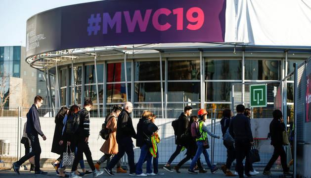 Operarios y participantes del Mobile World Congress 2019 ultiman los preparativos finales del Congreso que dará inicio el próximo lunes en el recinto de la Fira de Barcelona.