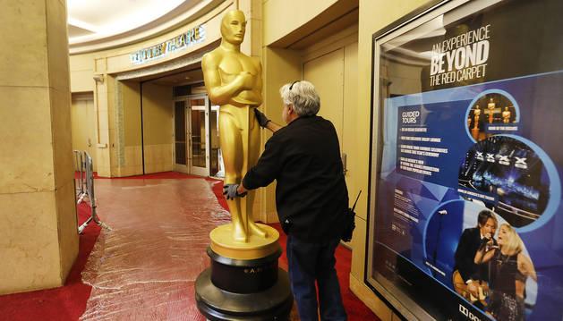 Uno de los empleados de producción conduce una estatua de los Oscar a las puertas del Dolby Theatre donde se celebrará la ceremonia.