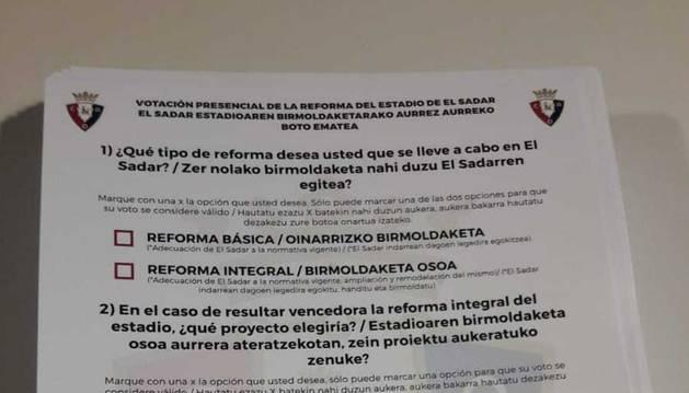 Papeleta de votación para elegir la reforma del estadio de El Sadar.