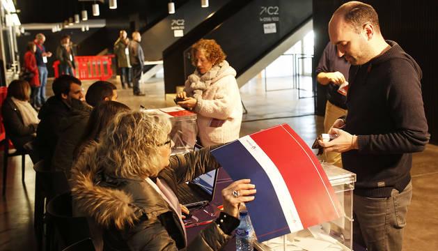 Varios socios votan en las urnas instaladas en el estadio de El Sadar.