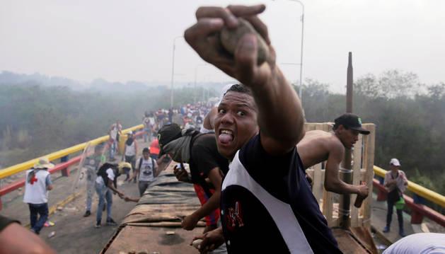 Foto de disturbios y deserciones en el intento de entrada de ayuda en Venezuela.