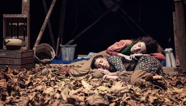 Foto de un momento del espectáculo 'La casa más pequeña' de Yarleku Teatro.