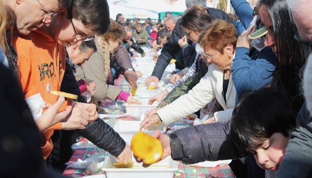La degustación de tostadas al mediodía, en el momento de mayor afluencia de visitantes en las inmediaciones del trujal Mendía.