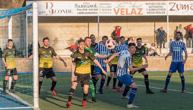Los jugadores del Izarra buscan un balón para rematar uno de los saques de esquina, en la segunda parte del partido ante el Langreo.