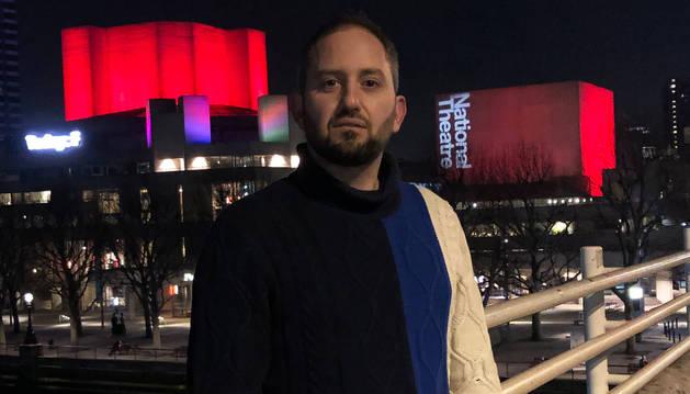 Josu Jiménez, en el londinense Puente de Waterloo. A su espalda, el National Theatre.