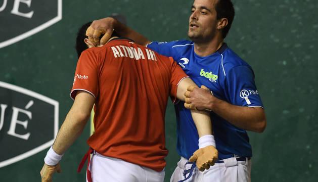 Oinatz Bengoetxea le hace una carantoña a Jokin Altuna tras un tanto durante el partido de este domingo.