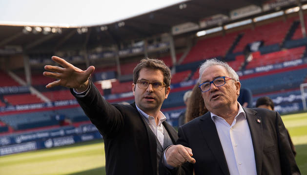 Jaime Suescun, del estudio OFS Arquitectos, explica el proyecto al presidente de Osasuna, Luis Sabalza.