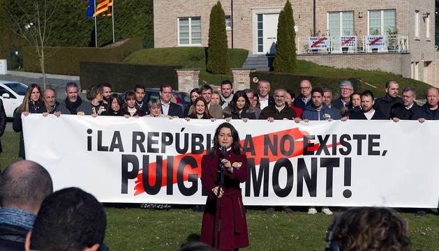 Inés Arrimadas, acompañada de los diputados del Grupo Parlamentario de Ciutadans, frente a la