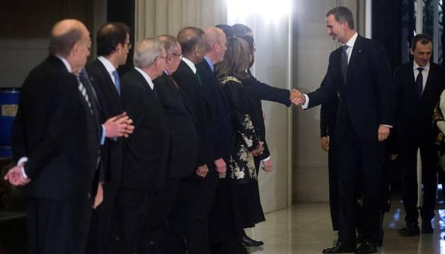 Foto del rey Felipe VI saluda a su llegada a la cena de inauguración del Mobile World Congress (MWC).