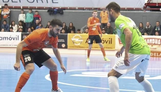 Taffy, jugador de Palma Futsal, encara a David Pazos, del Aspil Vidal Ribera