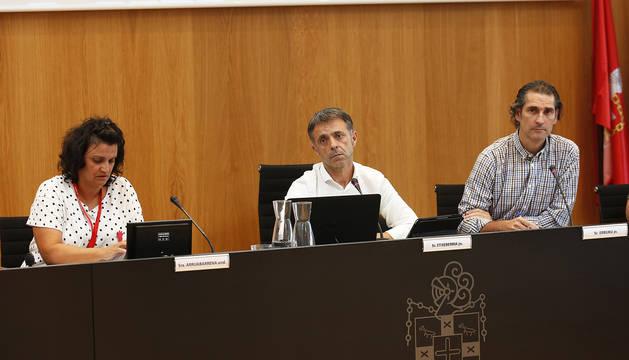 Alfonso Etxeberria, alcalde del valle de Egüés por Geroa Bai junto a Helena Arruabarrena, compañera de formación. A la derecha, el secretario del Ayuntamiento, Jesús Erburu.º