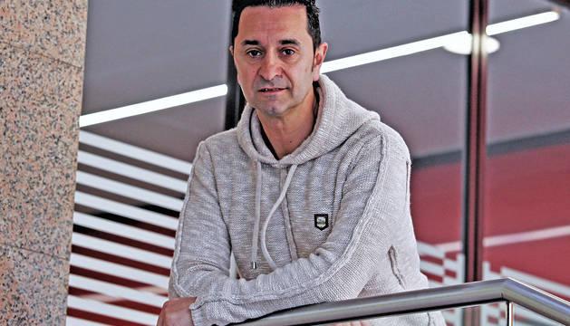 El nuevo técnico del Subiza, Alejandro Gastaminza, este lunes al mediodía en un portal de la céntrica calle de Tudela.
