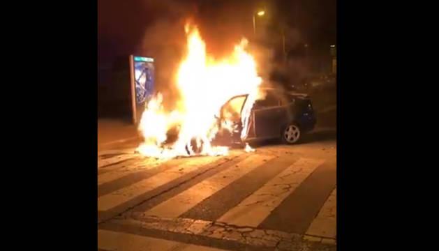 Imagen del coche ardiendo este domingo en Mendillorri.