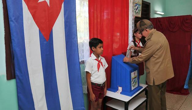 foto de El expresidente cubano, Raúl Castro, vota en el referendo sobre la nueva Constitución, en La Habana