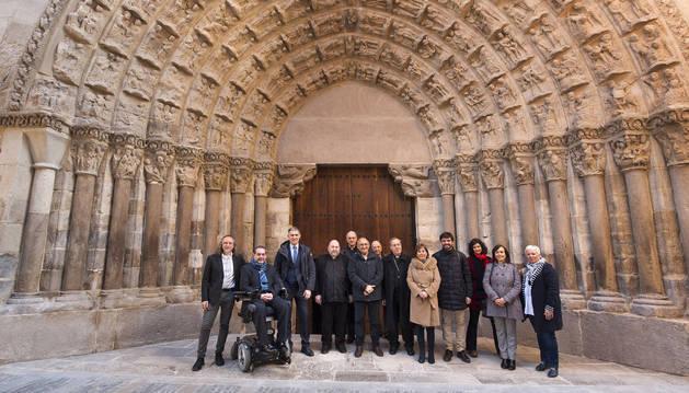 La Presidenta, autoridades y representantes de empresas colaboradoras, frente a la renovada Puerta del Juicio