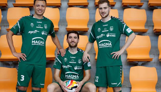 Juninho y Álex Diz flanquean a Roberto Martil. Los dos primeros vivirán su primera Copa, el capitán, la décima.