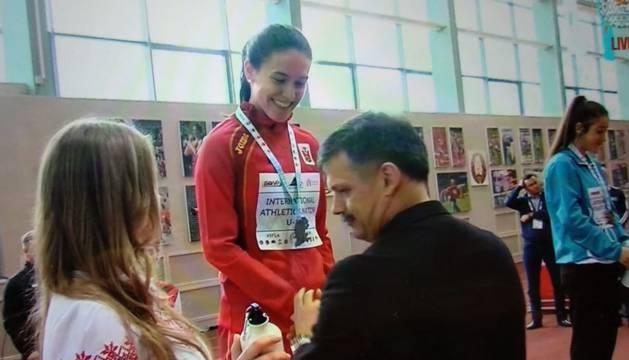 La atleta navarra Carmen Riaño en el podio