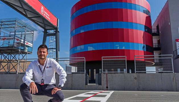 Manel Muñoz, director del Circuito de Navarra, junto a una de los símbolos de la instalación, su torre.