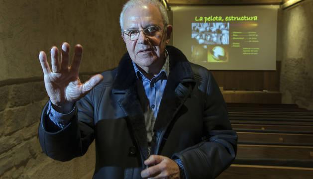 El doctor Ander Letamendia impartió este martes una conferencia sobre las manos de los pelotaris en el Condestable de Pamplona.