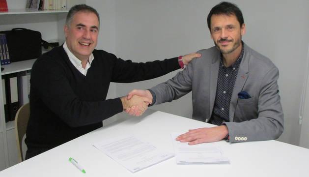 foto de Ignacio San Miguel (a la izquierda), delegado de Acción contra el Hambre en Navarra, y Álex Uriarte, presidente de Aedipe Navarra, durante la firma del acuerdo de colaboración.