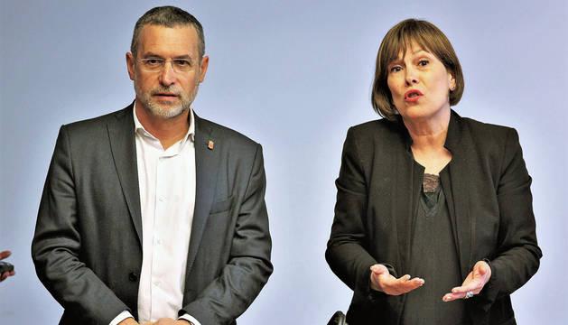 foto de El consejero de Política Social, Empleo y Vivienda, Miguel Laparra, y la presidenta Uxue Barkos, en la comisión del Parlamento
