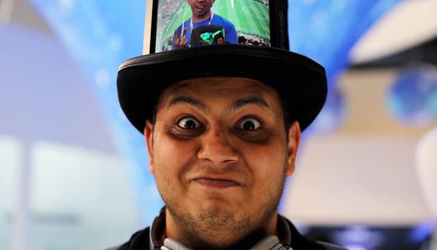 Un visitante al congreso de Barcelona posa con un sombrero con una pantala flexible, iniciativa de la firma china Royole.