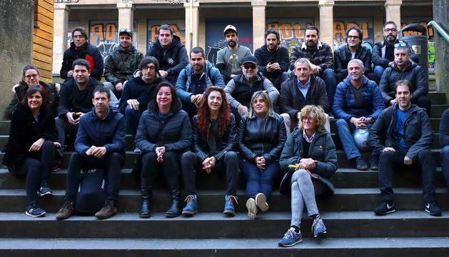 foto de Miembros de Musika Industriaren Elkartea posaron ayer, al comienzo de la reunión en la Sala Zentral de Pamplona, con interesados en conocer la asociación.