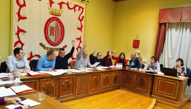 FOTO DE Los 13 ediles participaron en el pleno de ayer. Reunió a una decena de vecinos y duró 45 minutos. En la foto, la APS vota el presupuesto.