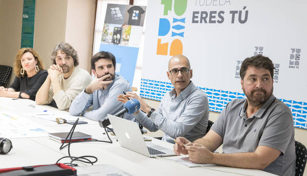 De izda. a dcha: Silvia Cepas Medina, Daniel López Córdoba, Eneko Larrarte Huguet y los autores del logo, Juan Carlos Parra Torres y Asis Bastida Machiñena.